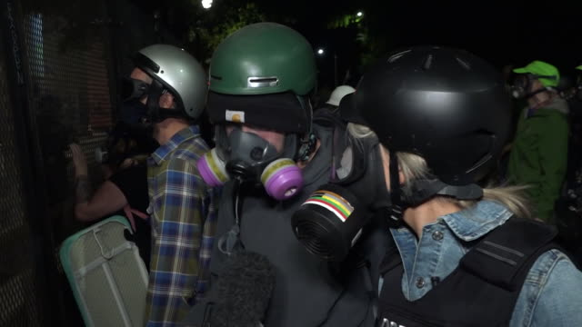 vídeos y material grabado en eventos de stock de protests in portland, oregon are about to enter an eighth week - with tear gas and rubber bullets fired on demostrators beseiging the city's federal... - usa