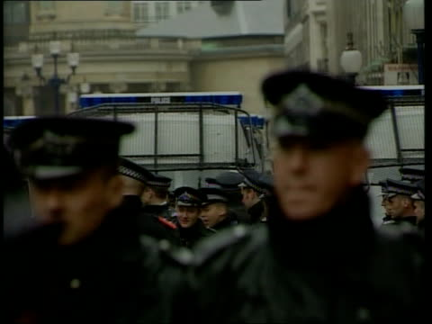 vídeos de stock, filmes e b-roll de may day demonstrations in london itn england london oxford circus water on lens ms anticapitalist demonstrators in stand off with riot police pan... - 1 de maio