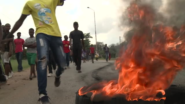 protests on streets of harare after announcement that the cost of fuel is to be doubled - repubblica dello zimbabwe video stock e b–roll
