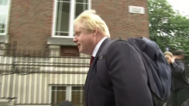 protests outside boris johnson house england london islington boris johnson mp leaving home and speaking to press as along / heckler speaking to... - イズリントン点の映像素材/bロール