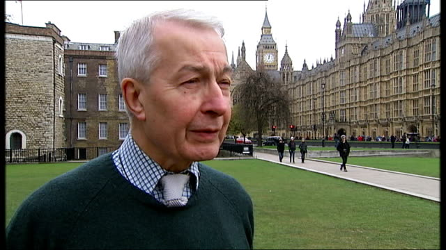 vídeos de stock, filmes e b-roll de ext frank field mp interview sot low angle view of protesters along protester holding 'stop bedroom tax' placard placards reading 'axe the bedroom... - stop placa em inglês