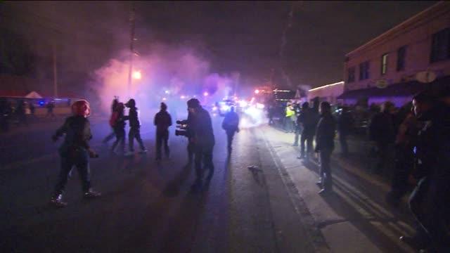 vídeos de stock, filmes e b-roll de protests, police clash in ferguson on night of michael brown jury decision on november 27, 2014 in ferguson, missouri. - multidão violenta