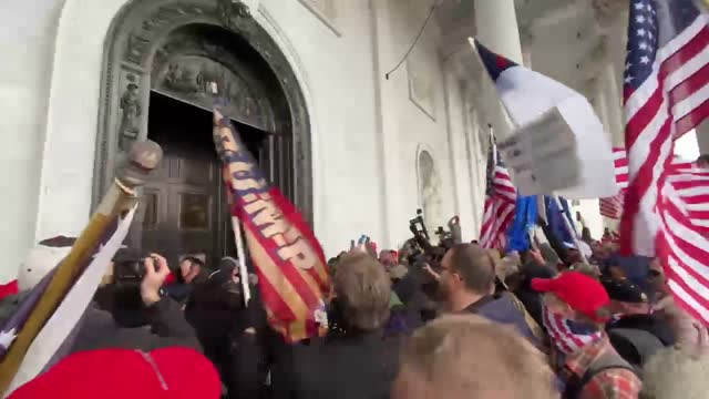 vidéos et rushes de pro-trump extremists around and in the capitol building in washington d.c. on january 6, 2021. - le capitole
