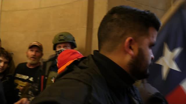 vidéos et rushes de pro-trump protesters storm us capitol building; usa, washington dc, us capitol building; various shots of pro-trump protesters climbing scaffolding,... - le capitole