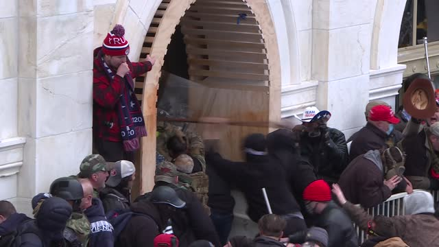 vidéos et rushes de pro-trump rioters stormed the us capitol wednesday as lawmakers were set to sign off on president-elect joe biden's electoral victory in what was... - le capitole