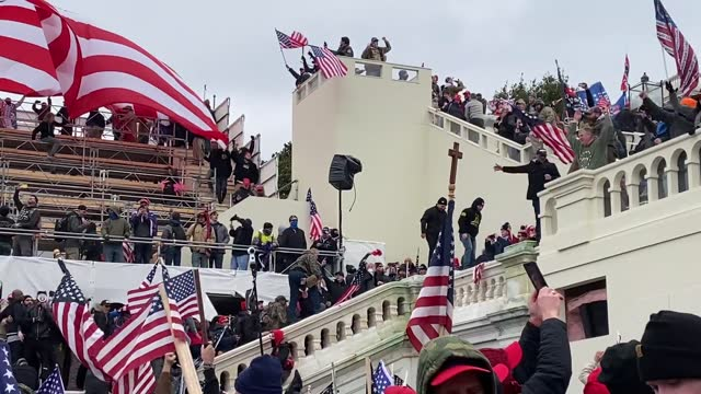 """vídeos de stock e filmes b-roll de pro-trump supporters violently storm the u.s. capitol as part of the """"stop the steal"""" rally on january 06, 2021 in washington, dc. trump supporters... - capitólio capitol hill"""