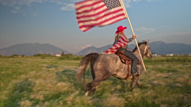 vídeos de stock e filmes b-roll de proud american cowgirl with horse in utah - patriotismo