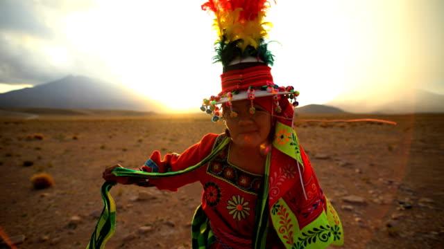 vídeos de stock, filmes e b-roll de proud bolivian women dancing in traditional national headdress - índio americano
