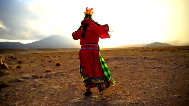 vidéos et rushes de proud bolivian women dancing in traditional national headdress - peuples autochtones d'amérique