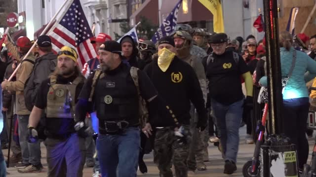 """proud boys and protesters march up the hill to the washington memorial during a """"march for trump"""" rally to 'stop the steal' protesting 'fraudulent'... - konfrontation bildbanksvideor och videomaterial från bakom kulisserna"""