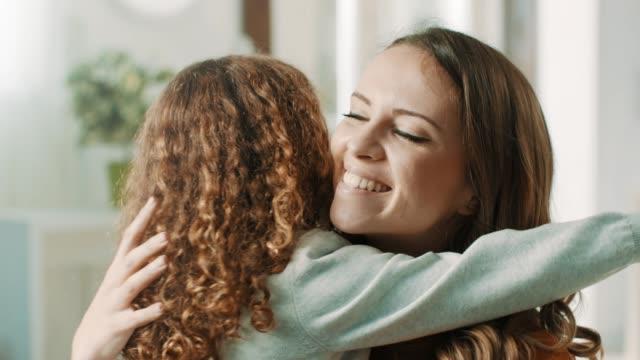vidéos et rushes de étreindre fille fière maman - famille avec un enfant