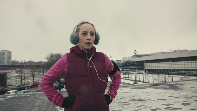 vídeos de stock, filmes e b-roll de orgulho de própria - protetor de ouvido