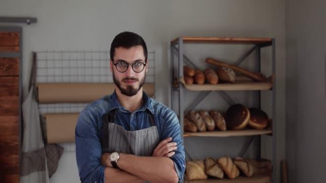 vídeos de stock e filmes b-roll de proud on his bakery business - óculos
