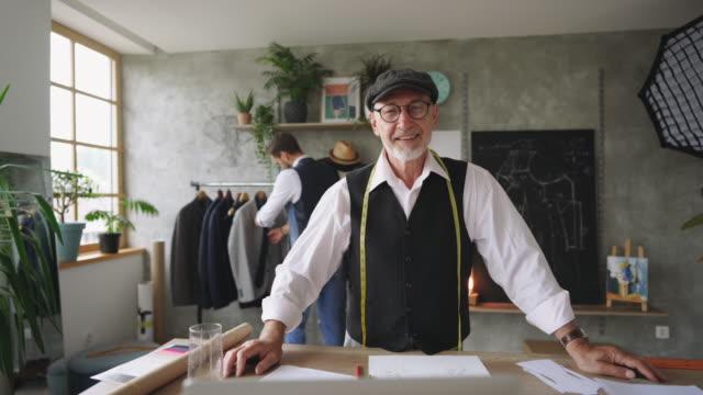 vidéos et rushes de pose de tailleur professionnel senior fier - serbie