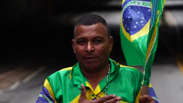 vídeos de stock, filmes e b-roll de orgulho de ser brasileira - flag