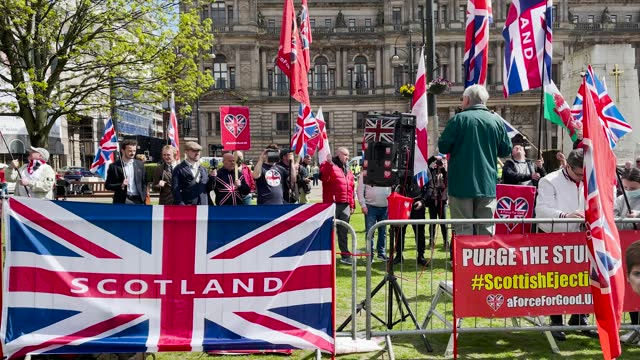 vidéos et rushes de pro-union counter demonstrators gather in george square in opposition to a scottish independence supporters rally organised by 'all under one banner'... - écosse