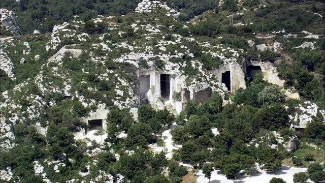 vídeos de stock, filmes e b-roll de paisagem da provença, perto de les baux-vista aérea-provence-alpes-côte d'azur, bouches-du-rhône, arrondissement d ' arles helicóptero filmagens, o vídeo aéreo, cineflex, plano geral, frança - rhône alpes