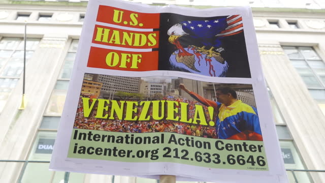 vidéos et rushes de provenezuelan and pronicolás maduro protest supporters of venezuelan president nicolás maduro and against us military intervention in venezuela and... - socialisme