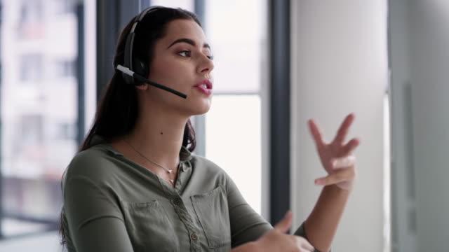 bereitstellung der besten produkt- und serviceinformationen für kunden - callcenter stock-videos und b-roll-filmmaterial