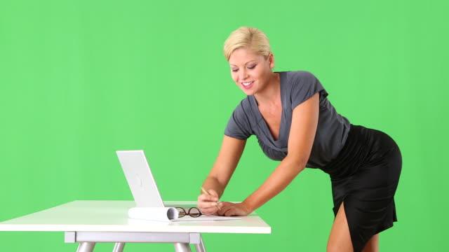vídeos y material grabado en eventos de stock de provocative businesswoman standing by desk and typing - secretaria