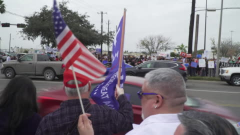 stockvideo's en b-roll-footage met pro-wall and anti-wall protesters demonstrating on opposing sides of the street in texas - omwalling