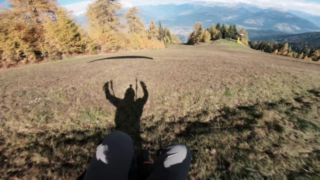proximity speed flying is a crazy action sport you'd have to be a complete daredevil to even try this at all basically you have a small parachute and... - annat tema bildbanksvideor och videomaterial från bakom kulisserna
