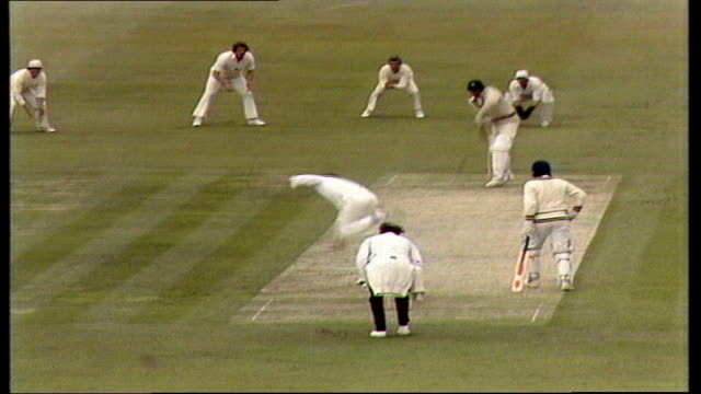 prudential world cup england beats pakistan england leeds headingly zoom as wasim bari throws ball in the air ms wasim caught by randle spectators bv... - pakistan video stock e b–roll