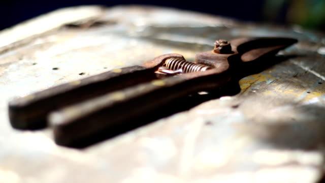 stockvideo's en b-roll-footage met snoeischaar op de houten tafel - gereedschap