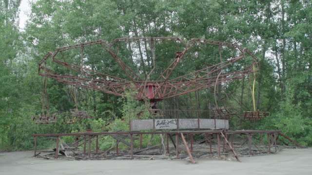 stockvideo's en b-roll-footage met prypiat amusement park near chernobyl, on june 18, 2019. the chernobyl disaster was a catastrophic nuclear accident that occurred on 26 april 1986 at... - kernramp van tsjernobyl