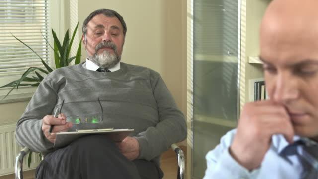 vídeos de stock, filmes e b-roll de hd dolly: psychiatrist falar de um empresário - camisa e gravata