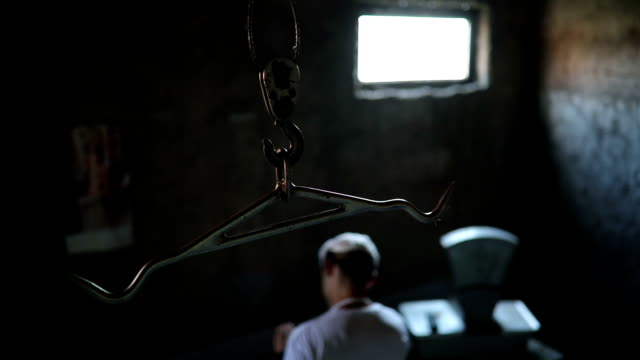 psycho butcher sharping his knife and meat chopper - coltello da cucina video stock e b–roll