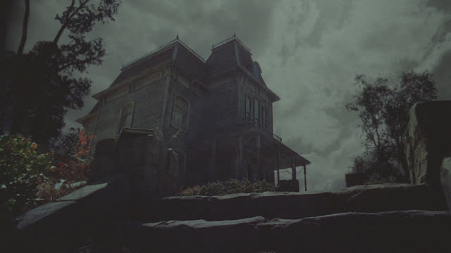 vidéos et rushes de psycho house - night - fantôme