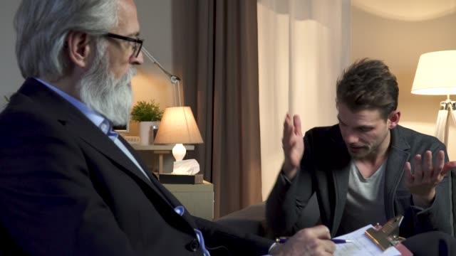 vidéos et rushes de psychologue interviewant patient - agression