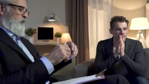 stockvideo's en b-roll-footage met psycholoog interviewen patiënt - tegenspoed