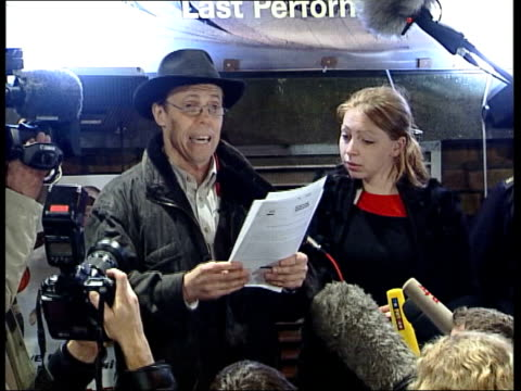 vídeos y material grabado en eventos de stock de public autopsy controversy itn london professor gunther von hagens speaking to press sot reading out statement in which man who he is to perform... - autopsia