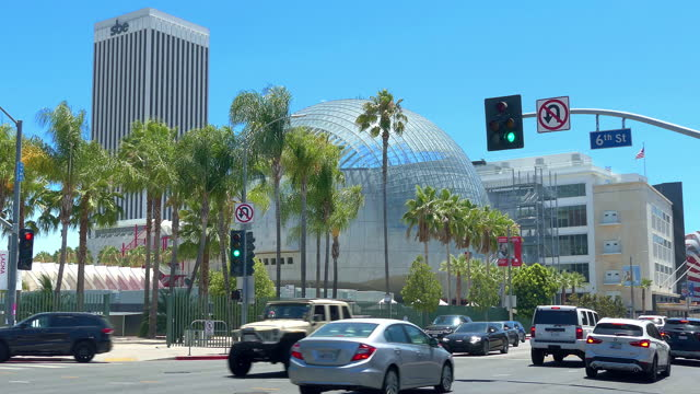 public bus passing la county museum of art and the academy museum of motion pictures on wilshire boulevard (miracle mile) in los angeles, california, 4k - academy of motion picture arts and sciences stock videos & royalty-free footage