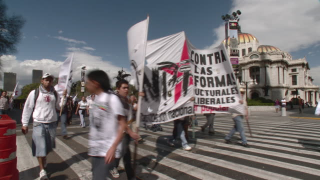 ws public demonstration in front of fine arts palace / mexico city, mexico - aktivist stock-videos und b-roll-filmmaterial