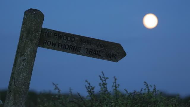 vidéos et rushes de public footpath, rowthorne village derbyshire, england, uk, europe - indication de direction