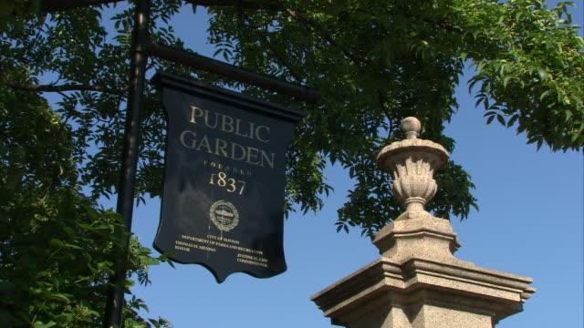 vídeos de stock, filmes e b-roll de ms la public gardens 1837 entrance sign / boston, massachusetts, usa  - escrita ocidental
