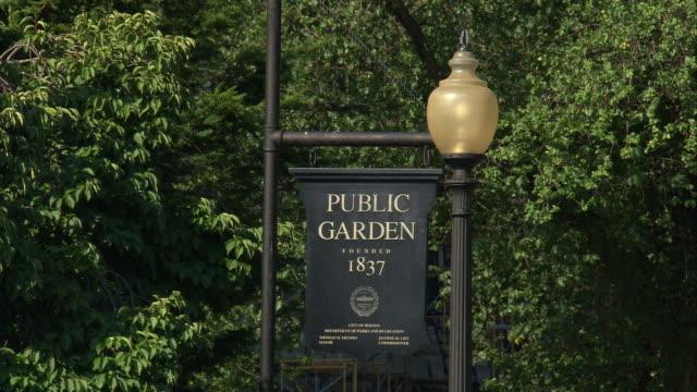 vídeos de stock, filmes e b-roll de ms public gardens 1837 entrance sign / boston, massachusetts, usa  - escrita ocidental