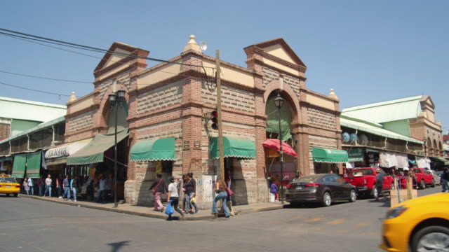 public market building at a street corner in oaxaca, mexico - ecke eines objekts stock-videos und b-roll-filmmaterial