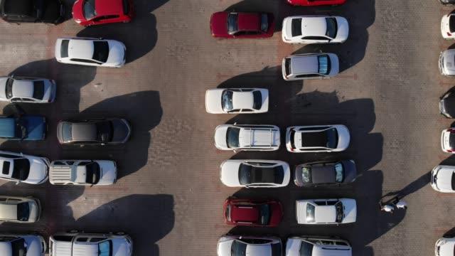 öffentlicher parkplatz-luftbild - limousine stock-videos und b-roll-filmmaterial
