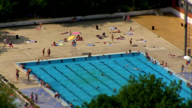 piscina pubblica - piscina pubblica all'aperto video stock e b–roll