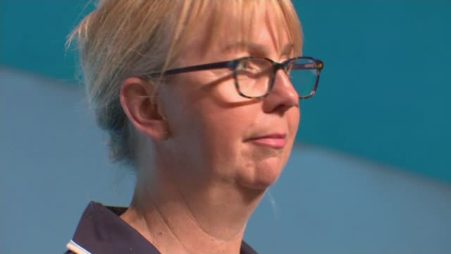 vídeos de stock e filmes b-roll de tuc warns government against 'cherrypicking' police and prison officers for pay rises east sussex brighton delegates applauding at tuc conference pan... - east sussex