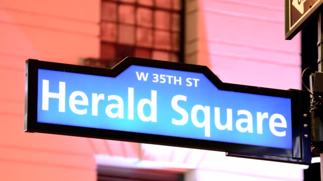 vídeos y material grabado en eventos de stock de lapse public sidewalk street sign herald square 34th street midtown manhattan broadway new york city usa - herald square