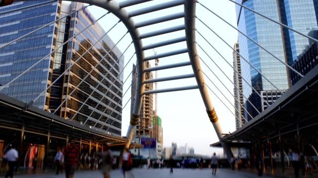 vídeos y material grabado en eventos de stock de público a través de un puente peatonal, time lapse de negocios - plaza