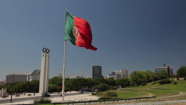 stockvideo's en b-roll-footage met ws public space with portuguese flag / lisbon, portugal - portugese cultuur
