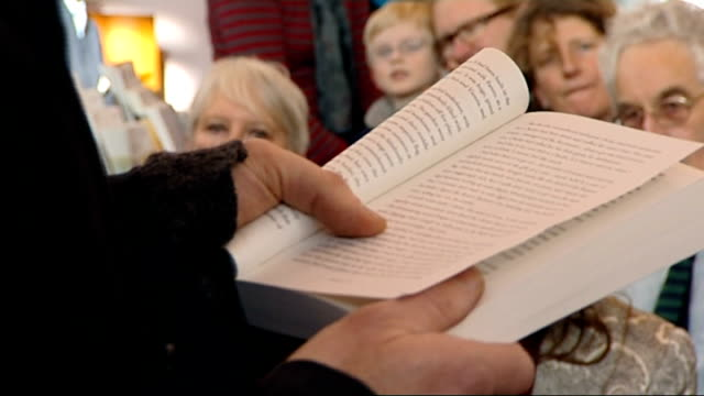 vidéos et rushes de london writers rally in support of minet library; england: london: lambeth: minet library: int various of crowd of local residents packed into... - lambeth