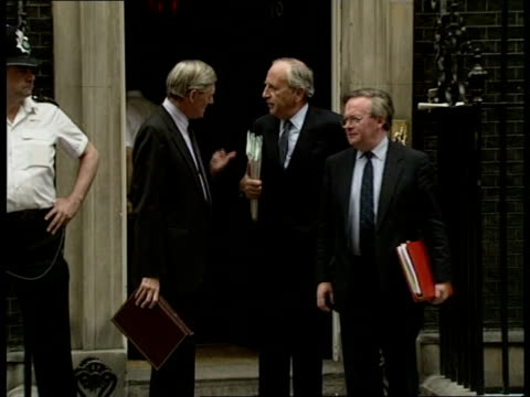 public spending targets no 10 ms energy sec cecil parkinson agriculture minister john macgregor trade industry sec lord young from doorway chat ms... - landwirtschaftsminister stock-videos und b-roll-filmmaterial