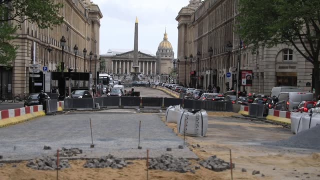 vidéos et rushes de public works on rue royale causes rush hour traffic jams, in the background the place de la concorde and the french parliament on may 4, 2021 in... - endommagé